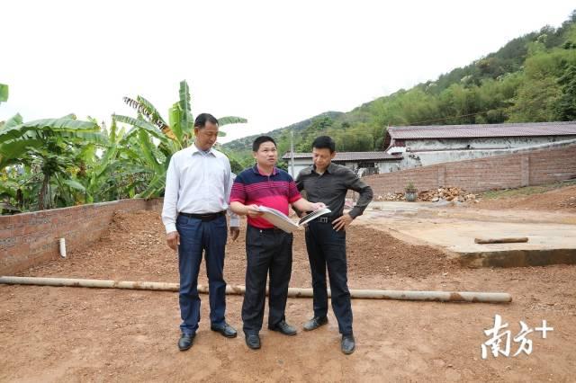 南口镇城建办工作人员到现场监督农村建房情况。曾健锋 摄
